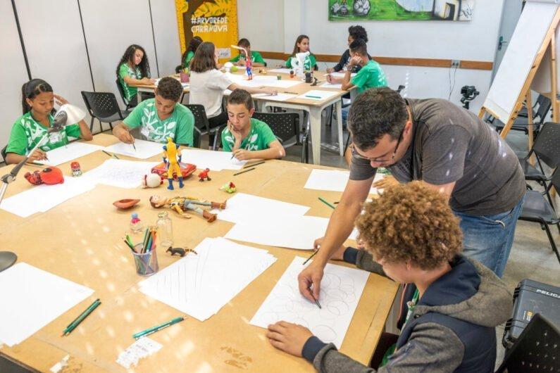Crianças fazem exercícios de desenho em sala de aula do IAV