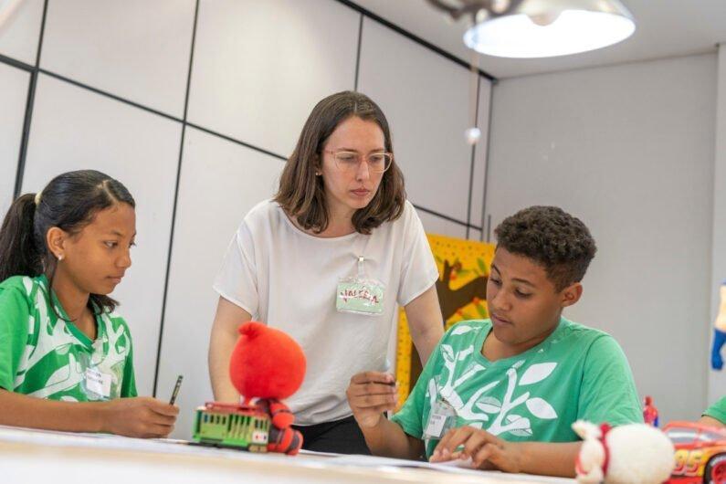 Designer Valéria de Carvalho orienta crianças durante oficina