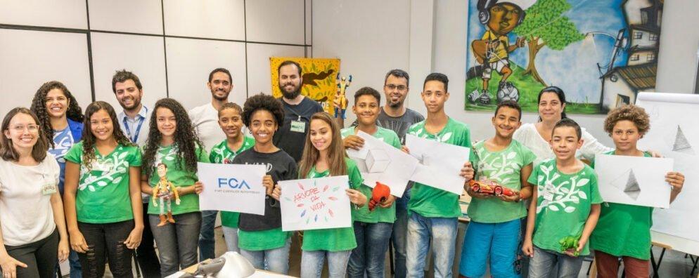 Jovens mostram trabalhos feitos em oficina de desenho na FCA