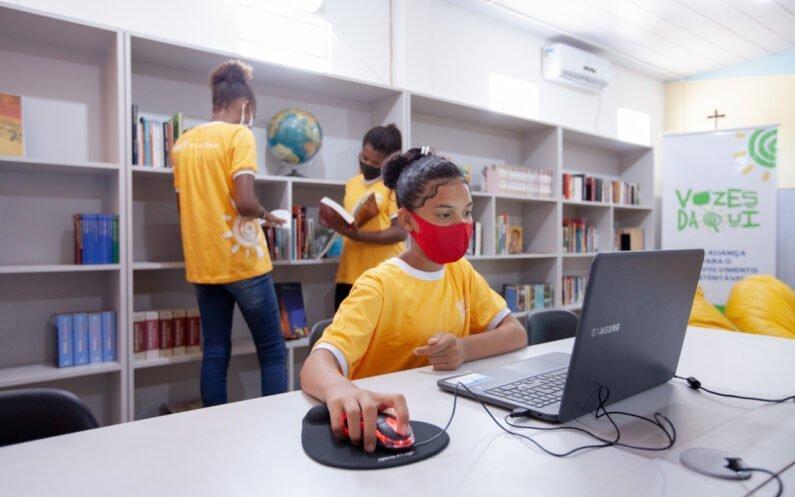 Alunos do Programa Vozes Daqui na biblioteca da Escola Municipal Irmã Marie Armelle Falguieres (Goiana, PE)