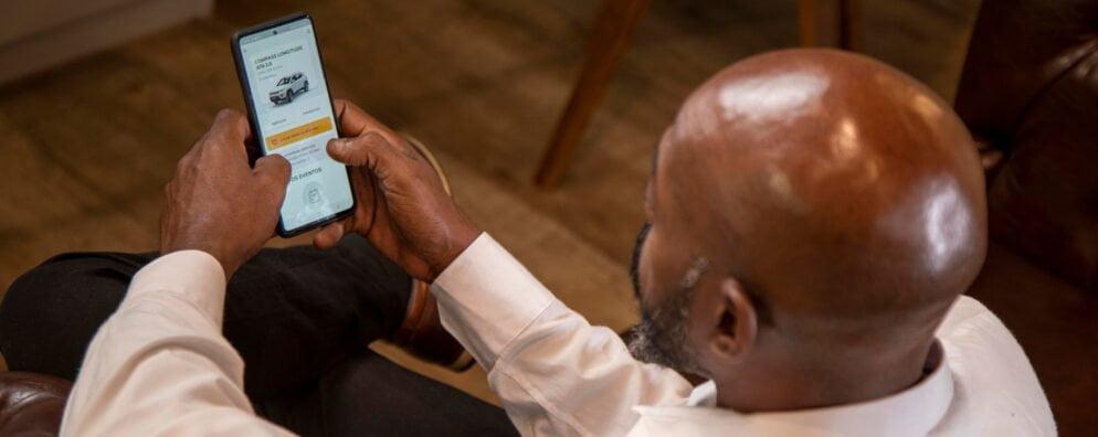 Homem usa app Flua!