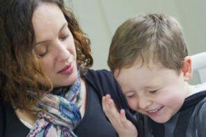Carla e Mateus: após a morte do filho, ela decidiu lançar um livro infantil para ajudar outros pacientes e familiares.