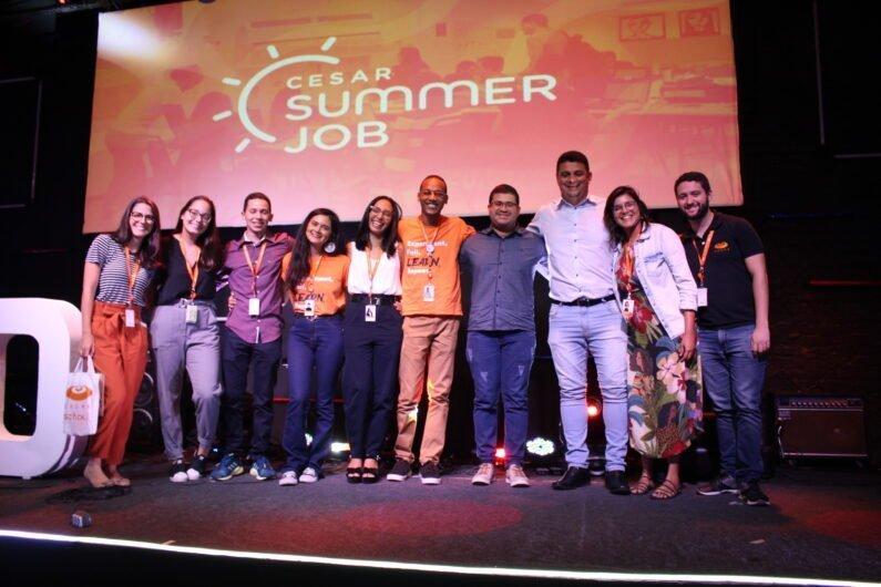 Estudantes, sponsor e mentores no palco, durante o evento de encerramento no CESAR.