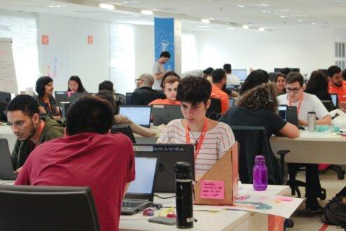 Estudantes trabalham em desafios do CESAR Summer Job