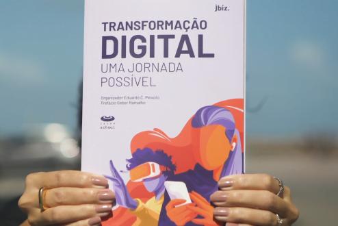 Pessoa segura o livro Transformação Digital: uma jornada possível.